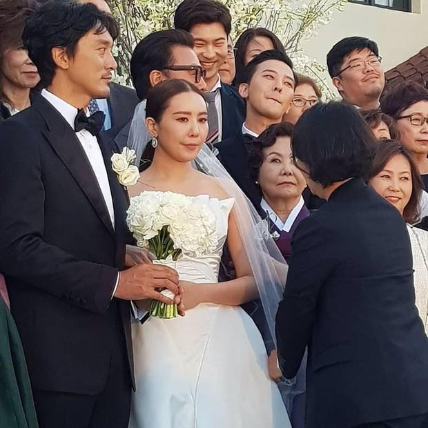 Đám cưới chị gái G-Dragon và tài tử Hàn: Trưởng nhóm Big Bang bảnh hết cỡ, thái độ quay ngoắt 180 độ bên cô dâu chú rể - Ảnh 9.