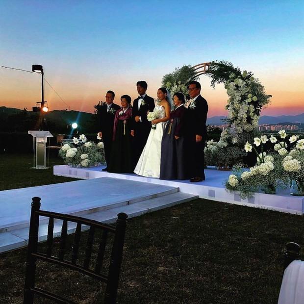 Đám cưới chị gái G-Dragon và tài tử Hàn: Trưởng nhóm Big Bang bảnh hết cỡ, thái độ quay ngoắt 180 độ bên cô dâu chú rể - Ảnh 10.