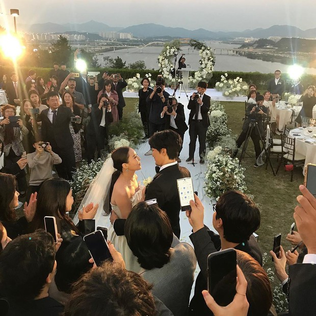 Đám cưới chị gái G-Dragon và tài tử Hàn: Trưởng nhóm Big Bang bảnh hết cỡ, thái độ quay ngoắt 180 độ bên cô dâu chú rể - Ảnh 2.