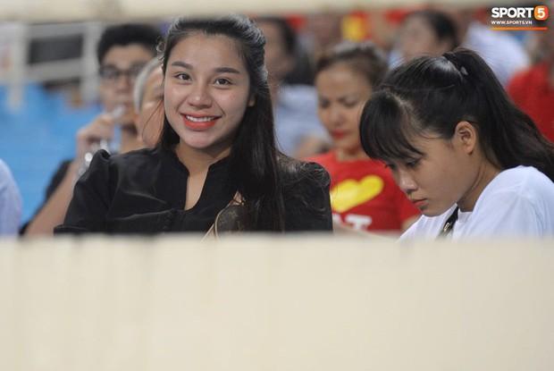 Cảm động khoảnh khắc Duy Mạnh nán lại tìm bố mẹ, Tiến Dũng đưa mắt kiếm bà xã đang mang bầu sau chiến thắng của tuyển Việt Nam trước Malaysia - Ảnh 8.