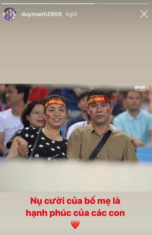 Cảm động khoảnh khắc Duy Mạnh nán lại tìm bố mẹ, Tiến Dũng đưa mắt kiếm bà xã đang mang bầu sau chiến thắng của tuyển Việt Nam trước Malaysia - Ảnh 6.