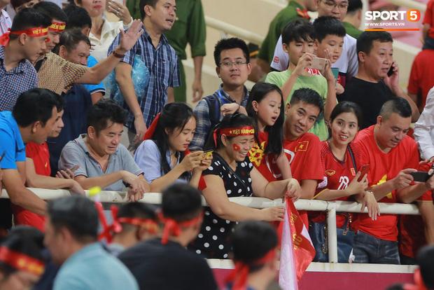 Cảm động khoảnh khắc Duy Mạnh nán lại tìm bố mẹ, Tiến Dũng đưa mắt kiếm bà xã đang mang bầu sau chiến thắng của tuyển Việt Nam trước Malaysia - Ảnh 5.
