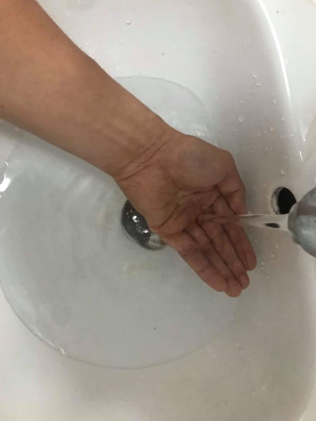 Nước sinh hoạt có mùi khét khó chịu, hàng vạn cư dân chung cư ở Hà Nội lo lắng - Ảnh 4.