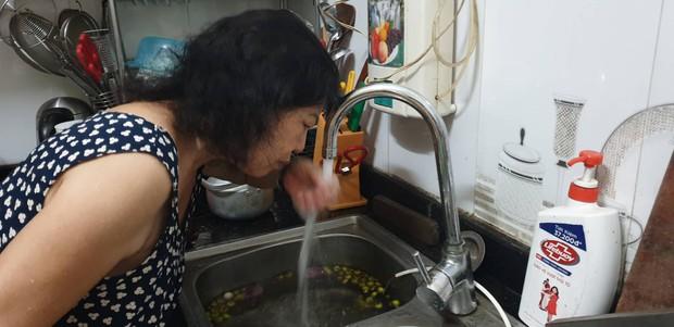 Nước sinh hoạt có mùi khét khó chịu, hàng vạn cư dân chung cư ở Hà Nội lo lắng - Ảnh 2.