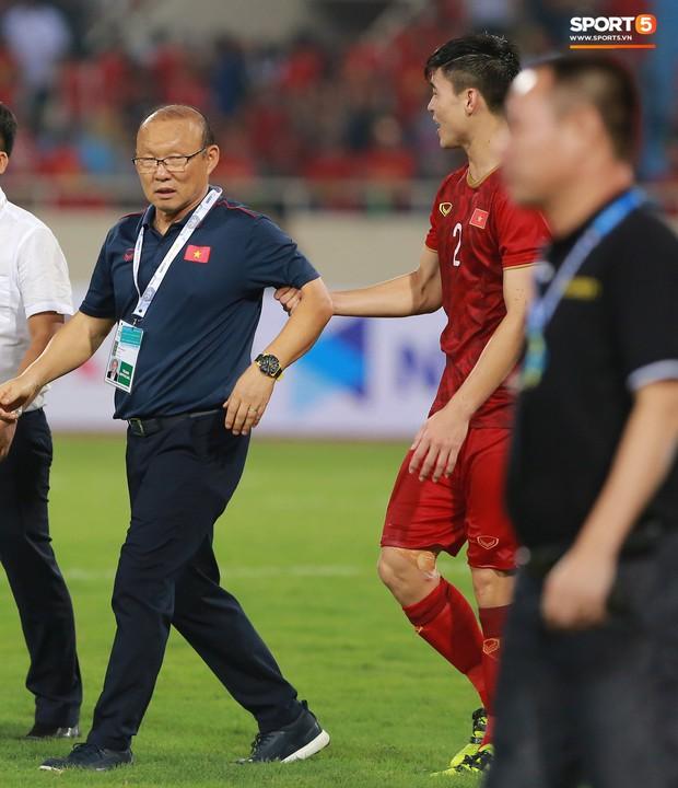 Cảm động khoảnh khắc Duy Mạnh nán lại tìm bố mẹ, Tiến Dũng đưa mắt kiếm bà xã đang mang bầu sau chiến thắng của tuyển Việt Nam trước Malaysia - Ảnh 12.