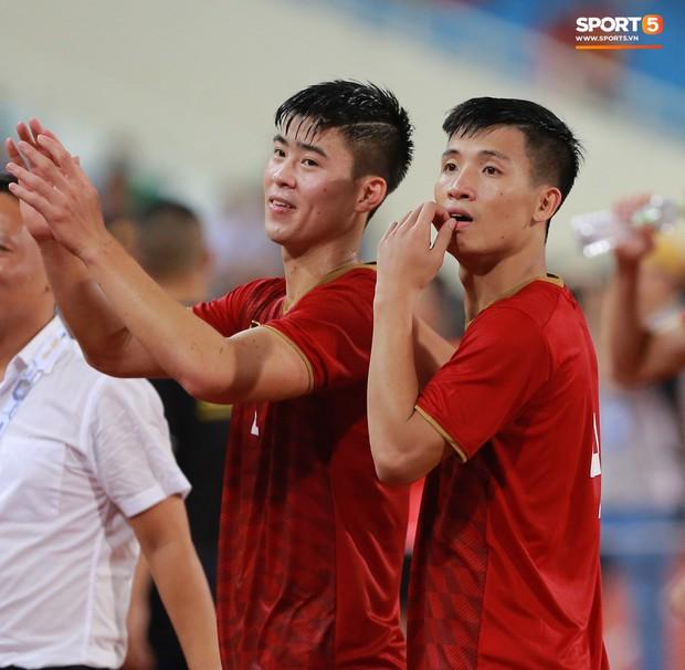 Cảm động khoảnh khắc Duy Mạnh nán lại tìm bố mẹ, Tiến Dũng đưa mắt kiếm bà xã đang mang bầu sau chiến thắng của tuyển Việt Nam trước Malaysia - Ảnh 1.