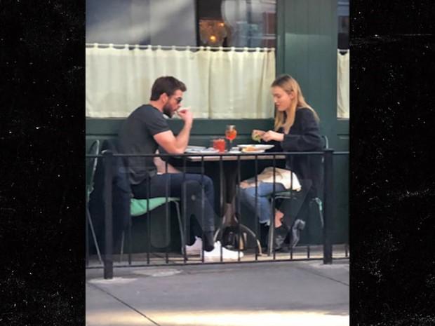 Vợ cũ Miley vừa có tình mới, Liam Hemsworth cũng kịp hẹn hò với mỹ nhân xinh đẹp sinh năm 1997? - Ảnh 2.