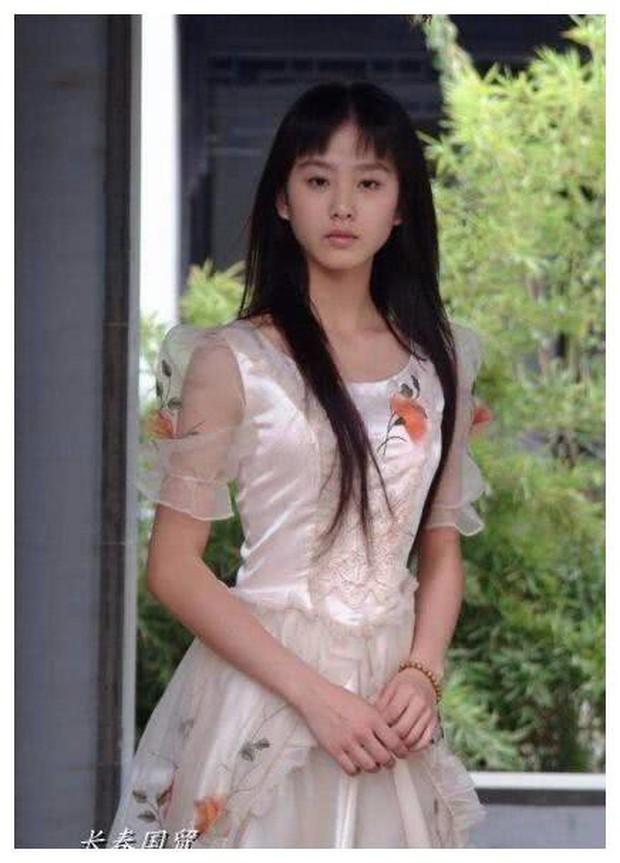 Soi nhan sắc tuổi 17 của dàn mỹ nhân Cbiz: Lưu Diệc Phi - Trương Bá Chi đẹp nức nở, Trịnh Sảng ngố tàu vì niềng răng - Ảnh 4.