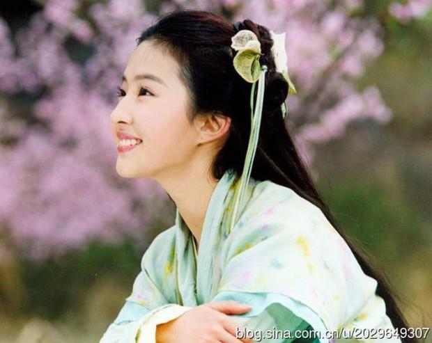 Soi nhan sắc tuổi 17 của dàn mỹ nhân Cbiz: Lưu Diệc Phi - Trương Bá Chi đẹp nức nở, Trịnh Sảng ngố tàu vì niềng răng - Ảnh 2.