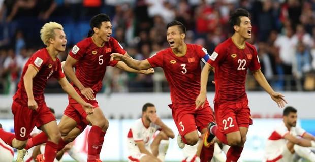 Dàn cầu thủ Việt Nam siêu vòng 3, đứng trên sân đấu mà được ví như HHen Niê thi Hoa hậu! - Ảnh 4.
