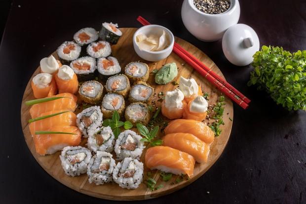 Đố bạn biết sushi và kimbap có gì khác nhau: Ngoài xuất xứ từ 2 quốc gia, điểm đặc trưng này mới là quyết định! - Ảnh 2.