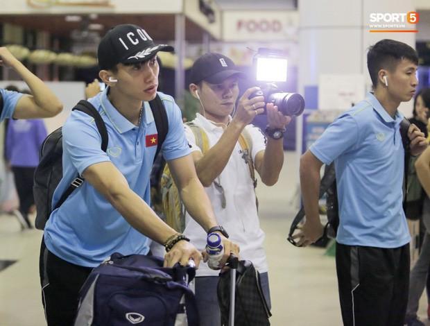 Tuyển Việt Nam diện cả loạt AirPods và Apple Watch ra sân bay, dù mệt nhưng vẫn bảnh như siêu sao thế giới - Ảnh 1.