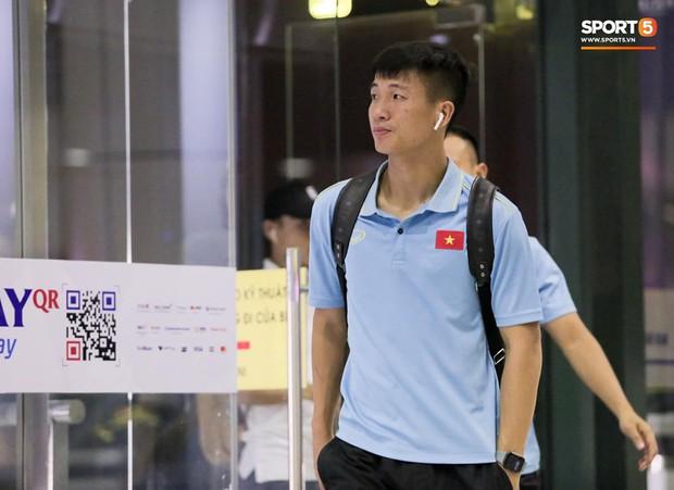Tuyển Việt Nam diện cả loạt AirPods và Apple Watch ra sân bay, dù mệt nhưng vẫn bảnh như siêu sao thế giới - Ảnh 2.