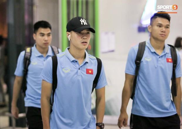 Tuyển Việt Nam diện cả loạt AirPods và Apple Watch ra sân bay, dù mệt nhưng vẫn bảnh như siêu sao thế giới - Ảnh 4.