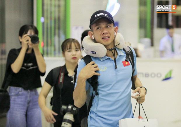 Tuyển Việt Nam diện cả loạt AirPods và Apple Watch ra sân bay, dù mệt nhưng vẫn bảnh như siêu sao thế giới - Ảnh 3.