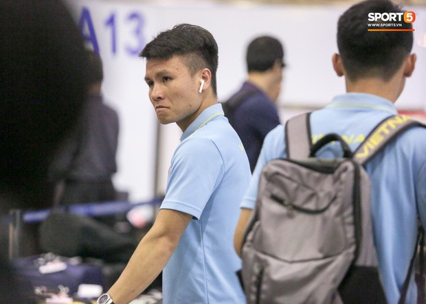 Tuyển Việt Nam diện cả loạt AirPods và Apple Watch ra sân bay, dù mệt nhưng vẫn bảnh như siêu sao thế giới - Ảnh 5.