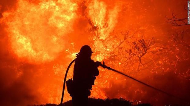 Cháy rừng thiêu rụi hàng chục ngôi nhà, hơn 1.900 hộ dân phải sơ tán - Ảnh 1.