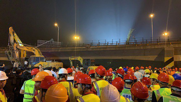 Khoảnh khắc kinh hoàng khi cầu vượt cao tốc ở Trung Quốc sập trong tíc tắc, nghiền nát 3 xe ô tô - Ảnh 5.