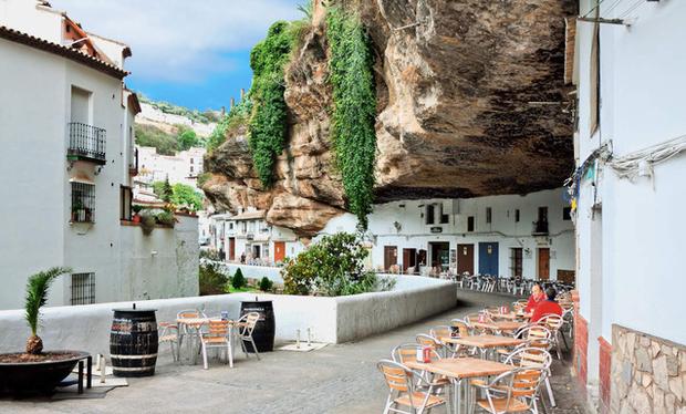 Thị trấn bất thường ở Tây Ban Nha: Tuy bị đá đè nhưng vẫn thu hút rất đông khách du lịch ghé thăm - Ảnh 1.