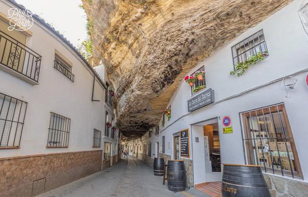 Thị trấn bất thường ở Tây Ban Nha: Tuy bị đá đè nhưng vẫn thu hút rất đông khách du lịch ghé thăm - Ảnh 6.