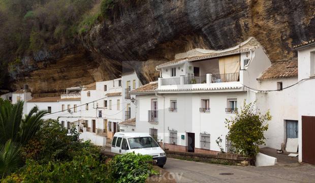 Thị trấn bất thường ở Tây Ban Nha: Tuy bị đá đè nhưng vẫn thu hút rất đông khách du lịch ghé thăm - Ảnh 3.