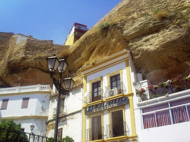 Thị trấn bất thường ở Tây Ban Nha: Tuy bị đá đè nhưng vẫn thu hút rất đông khách du lịch ghé thăm - Ảnh 2.