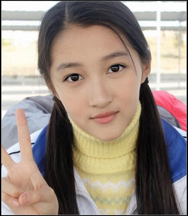 Soi nhan sắc tuổi 17 của dàn mỹ nhân Cbiz: Lưu Diệc Phi - Trương Bá Chi đẹp nức nở, Trịnh Sảng ngố tàu vì niềng răng - Ảnh 7.