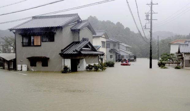 Những hình ảnh thể hiện sức tàn phá kinh khủng của siêu bão Hagibis khi nó còn chưa chính thức đổ bộ vào Nhật Bản - Ảnh 5.