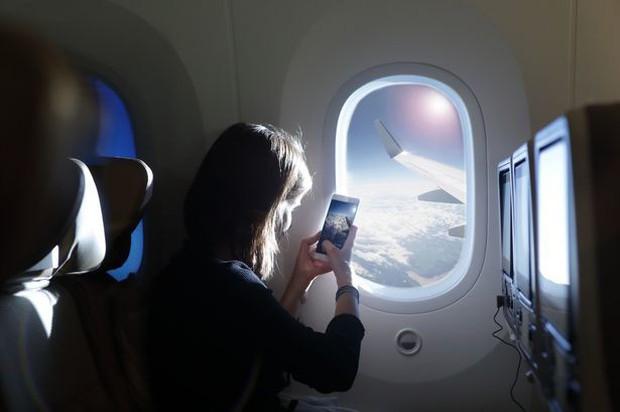 Tại sao đi máy bay luôn được thông báo phải tắt điện thoại hoặc chuyển sang chế độ riêng, nếu không làm theo thì sao? - Ảnh 5.