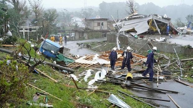 Những hình ảnh thể hiện sức tàn phá kinh khủng của siêu bão Hagibis khi nó còn chưa chính thức đổ bộ vào Nhật Bản - Ảnh 2.