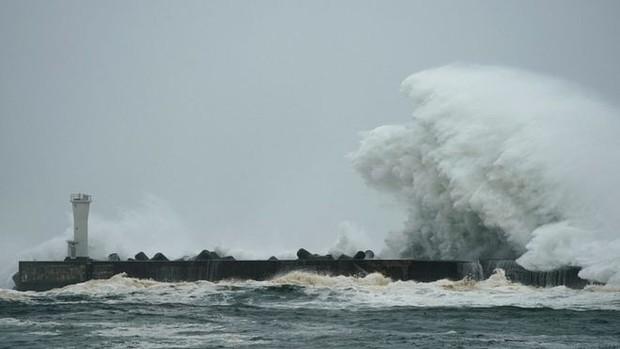 Những hình ảnh thể hiện sức tàn phá kinh khủng của siêu bão Hagibis khi nó còn chưa chính thức đổ bộ vào Nhật Bản - Ảnh 1.