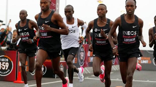 Khoảnh khắc lịch sử của nhân loại: Giới hạn của con người bị phá vỡ khi lần đầu tiên có người chạy marathon 42 km dưới 2 giờ - Ảnh 1.