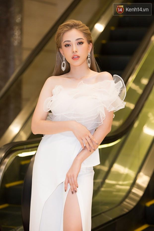 Dàn Hoa hậu, Á hậu đọ sắc bất phân thắng bại tại sự kiện: Tiểu Vy o ép vòng 1 căng đầy, Hà Kiều Anh khoe vẻ đẹp trẻ trung ở tuổi 43 - Ảnh 5.