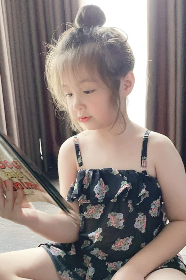 At home, studying hard with her mother, her daughter Elly Tran continued to win the hearts of the fans because she was so cute and adorable! - Photo 3.