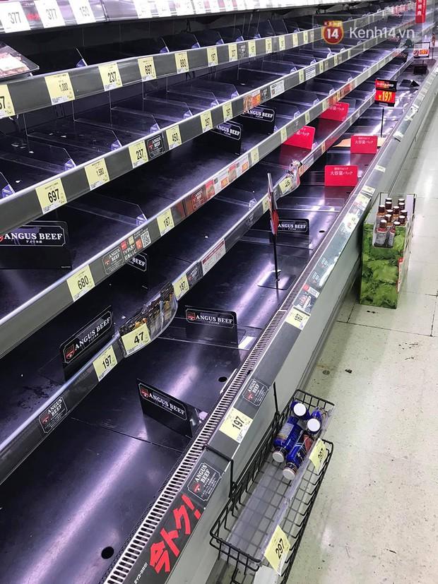 Siêu bão Hagibis quét qua Nhật: chưa bao giờ các siêu thị rơi vào tình trạng cháy hàng đến vậy, ai tích trữ được gì là tích trữ - Ảnh 4.