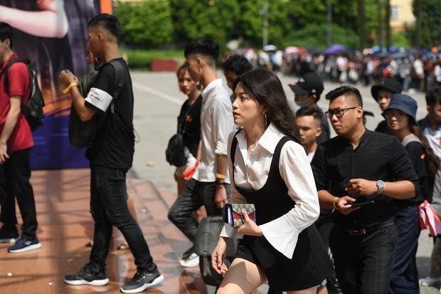 Chẳng kém gì bóng đá, ngày Chung kết giải Esports lớn nhất Việt Nam cũng quy tụ đủ đầy dàn gái xinh! - Ảnh 1.