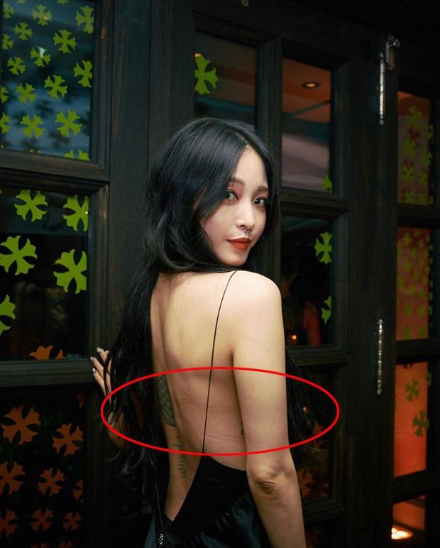 """Gừng già nhưng chưa đủ cay: U40 Han Ye Seul mải mê khoe lưng trần mà không biết mình bị đồ lót """"hại"""" - Ảnh 2."""