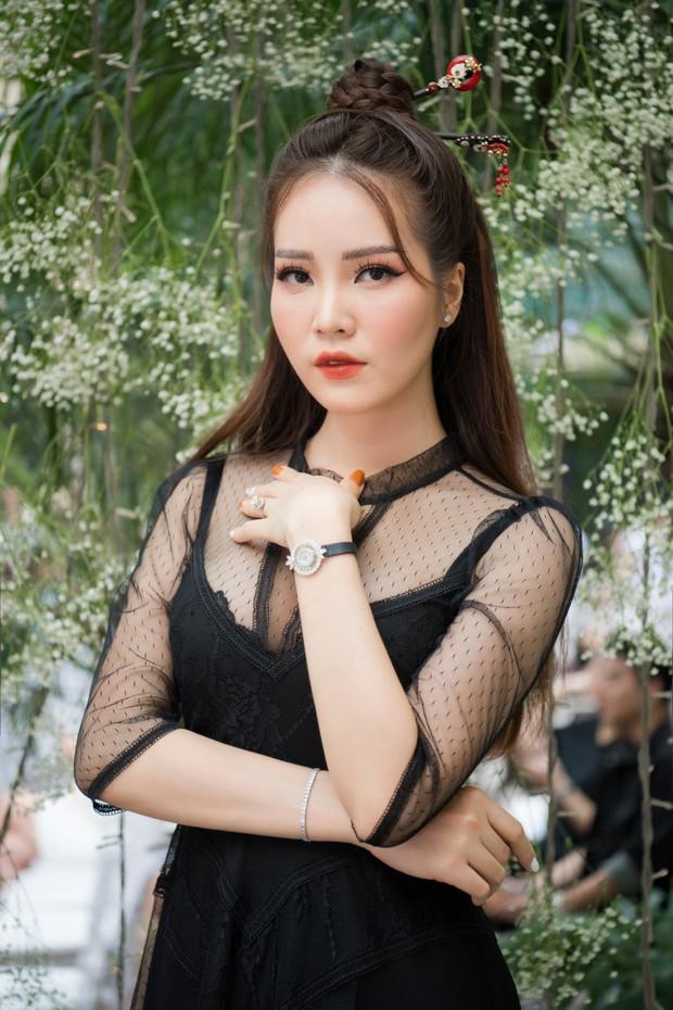 Lo bị nuốt chửng 3 vòng, Mai Phương Thuý vận dụng triệt để chiêu pose hình khi dự show quy tụ toàn Hoa hậu, Á hậu - Ảnh 9.