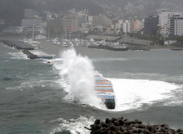 Những hình ảnh thể hiện sức tàn phá kinh khủng của siêu bão Hagibis khi nó còn chưa chính thức đổ bộ vào Nhật Bản - Ảnh 3.