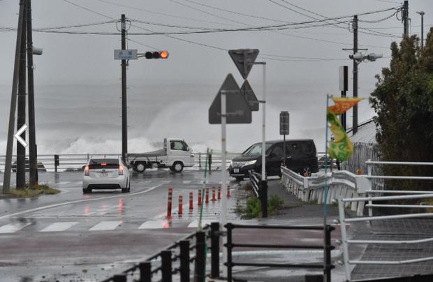 Những hình ảnh thể hiện sức tàn phá kinh khủng của siêu bão Hagibis khi nó còn chưa chính thức đổ bộ vào Nhật Bản - Ảnh 7.