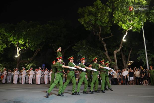 Người dân thủ đô thích thú với màn biểu diễn của Đội nhạc nghi lễ Công an trên phố đi bộ - Ảnh 9.
