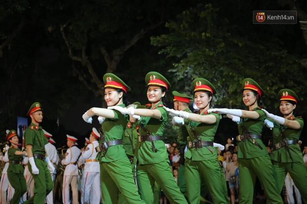 Người dân thủ đô thích thú với màn biểu diễn của Đội nhạc nghi lễ Công an trên phố đi bộ - Ảnh 8.