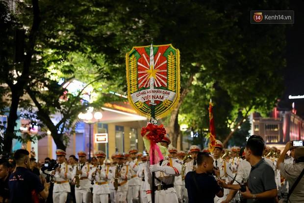 Người dân thủ đô thích thú với màn biểu diễn của Đội nhạc nghi lễ Công an trên phố đi bộ - Ảnh 4.