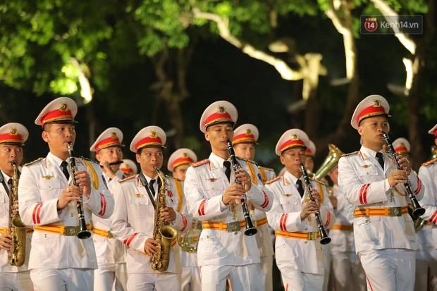 Người dân thủ đô thích thú với màn biểu diễn của Đội nhạc nghi lễ Công an trên phố đi bộ - Ảnh 15.