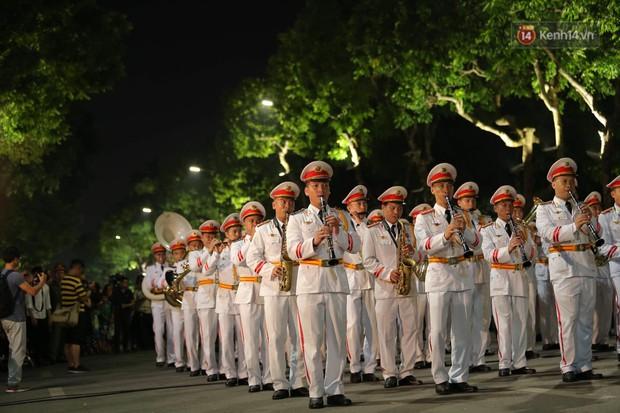Người dân thủ đô thích thú với màn biểu diễn của Đội nhạc nghi lễ Công an trên phố đi bộ - Ảnh 2.
