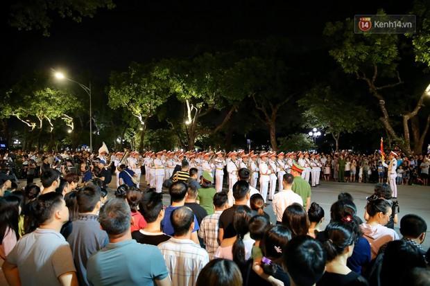 Người dân thủ đô thích thú với màn biểu diễn của Đội nhạc nghi lễ Công an trên phố đi bộ - Ảnh 10.