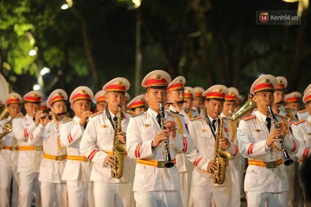 Người dân thủ đô thích thú với màn biểu diễn của Đội nhạc nghi lễ Công an trên phố đi bộ - Ảnh 5.