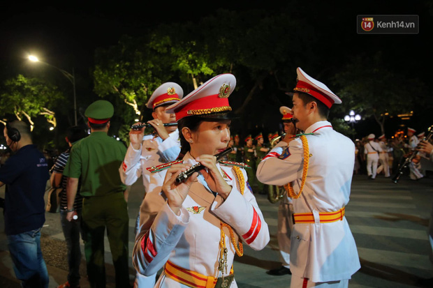 Người dân thủ đô thích thú với màn biểu diễn của Đội nhạc nghi lễ Công an trên phố đi bộ - Ảnh 12.