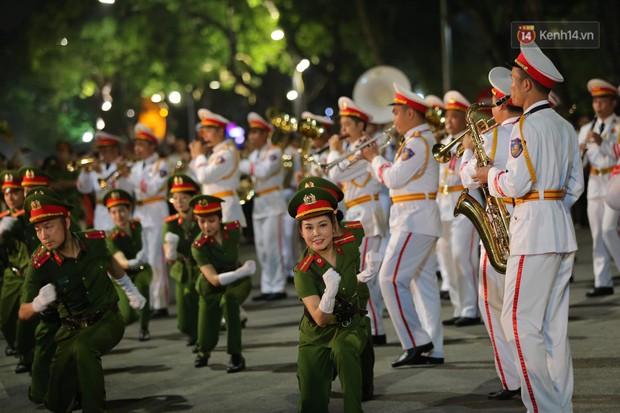Người dân thủ đô thích thú với màn biểu diễn của Đội nhạc nghi lễ Công an trên phố đi bộ - Ảnh 6.