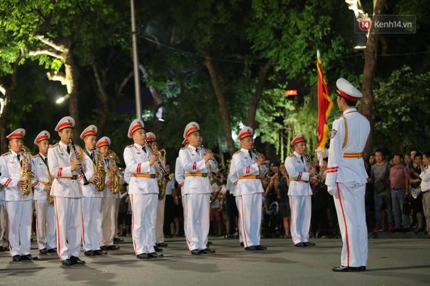 Người dân thủ đô thích thú với màn biểu diễn của Đội nhạc nghi lễ Công an trên phố đi bộ - Ảnh 14.